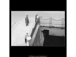 Kluci si malují u Čertovky (2142-1), žánry - Praha 1963 duben, černobílý obraz, stará fotografie, prodej