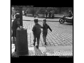 Kluci na přechodu (2164-2), žánry - Praha 1963 květen, černobílý obraz, stará fotografie, prodej