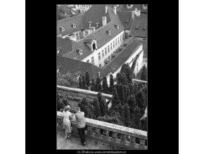 Dvojice v hovoru (2180-2), žánry - Praha 1963 květen, černobílý obraz, stará fotografie, prodej