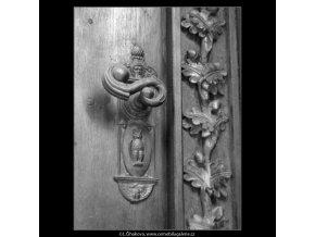Klika na dveřích Platýzu (2186-2), Praha 1963 květen, černobílý obraz, stará fotografie, prodej