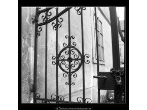 Mřížová vrata (2187-1), Praha 1963 květen, černobílý obraz, stará fotografie, prodej