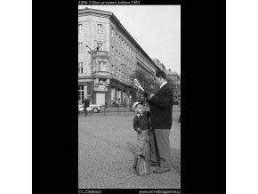 Otec se synem (2206-1), žánry - Praha 1963 květen, černobílý obraz, stará fotografie, prodej