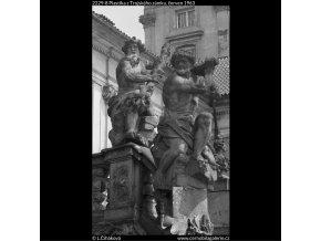 Plastika z Trojského zámku (2229-8), Praha 1963 červen, černobílý obraz, stará fotografie, prodej