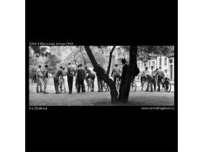 Kluci s koly (2236-2), žánry - Praha 1963 červen, černobílý obraz, stará fotografie, prodej