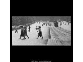 Na přechodu (2236), žánry - Praha 1963 červen, černobílý obraz, stará fotografie, prodej