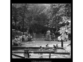 Pískoviště v parku (2239-3), Praha 1963 červen, černobílý obraz, stará fotografie, prodej