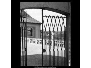 Novodobé mříže (2240-4), Praha 1963 červen, černobílý obraz, stará fotografie, prodej