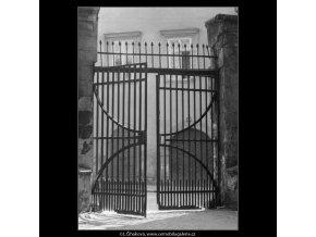 Mřížová vrata (2240-6), Praha 1963 červen, černobílý obraz, stará fotografie, prodej