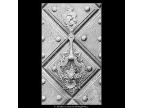 Klepadlo na dveřích (2241-3), Praha 1963 červen, černobílý obraz, stará fotografie, prodej