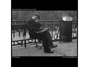 Spící dělník na lavičce (2251), žánry - Praha 1963 červen, černobílý obraz, stará fotografie, prodej