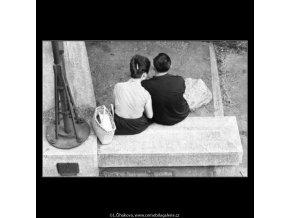 Milenci na nábřeží (2252), žánry - Praha 1963 červen, černobílý obraz, stará fotografie, prodej