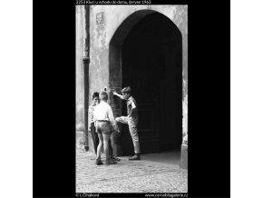 Kluci u vchodu do domu (2253), žánry - Praha 1963 červen, černobílý obraz, stará fotografie, prodej