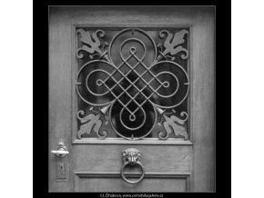 Mříž ve výplni dveří (2254), žánry - Praha 1963 červen, černobílý obraz, stará fotografie, prodej