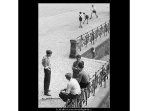 Kluci na zábradlí (2255-2), žánry - Praha 1963 červen, černobílý obraz, stará fotografie, prodej