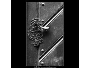Zámky na dveřích (2270-1), Praha 1963 léto, černobílý obraz, stará fotografie, prodej