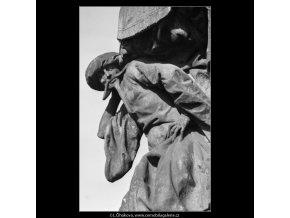 Plastika z Karlova mostu (2271-3), Praha 1963 srpen, černobílý obraz, stará fotografie, prodej