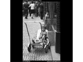 Dítě v kočárku (2279), žánry - Praha 1963 červen, černobílý obraz, stará fotografie, prodej