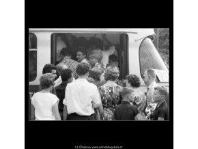 Nástup do tramvaje (2285), žánry - Praha 1963 červenec, černobílý obraz, stará fotografie, prodej