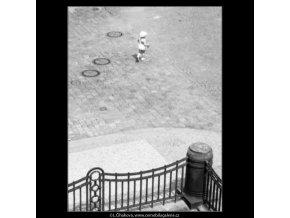 Dítě pod Karlovým mostem (2288), žánry - Praha 1963 červen, černobílý obraz, stará fotografie, prodej
