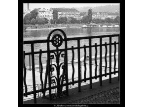 Zábradlí na nábřeží (2290-2), Praha 1963 červen, černobílý obraz, stará fotografie, prodej