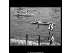 Loďky na Vltavě (2292-1), žánry - Praha 1963 červenec, černobílý obraz, stará fotografie, prodej