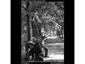 Penzisté na lavičce (2293-2), žánry - Praha 1963 červenec, černobílý obraz, stará fotografie, prodej