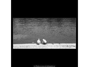Kluci na nábřeží si hrají (2306), žánry - Praha 1963 červenec, černobílý obraz, stará fotografie, prodej