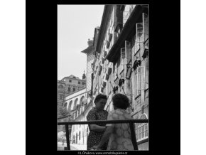 Ženy v hovoru (2308), Praha 1963 červenec, černobílý obraz, stará fotografie, prodej
