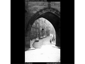 Brána Karlova mostu (2330), Praha 1963 srpen, černobílý obraz, stará fotografie, prodej
