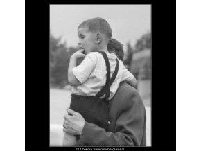 Otec se synem v náručí (2354-2), žánry - Praha 1963 červenec, černobílý obraz, stará fotografie, prodej