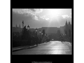 Na Karlově mostě (2360-2), Praha 1963 srpen, černobílý obraz, stará fotografie, prodej