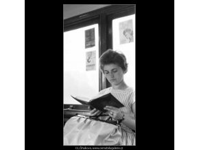 Paní čtoucí v tram (2373), žánry - Praha 1963 léto, černobílý obraz, stará fotografie, prodej