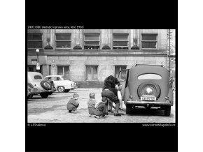 Děti sledující opravu auta (2401), žánry - Praha 1963 léto, černobílý obraz, stará fotografie, prodej