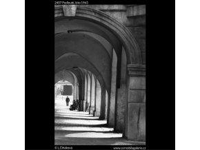 Podloubí (2407), Praha 1963 léto, černobílý obraz, stará fotografie, prodej