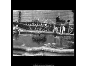 Děti kolem vodotrysku (2423-2), Praha 1963 září, černobílý obraz, stará fotografie, prodej