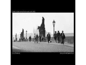 Lidé na Karlově mostě (2440-3), žánry - Praha 1963 září, černobílý obraz, stará fotografie, prodej