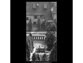 Milenci (2461-2), žánry - Praha 1963 září, černobílý obraz, stará fotografie, prodej