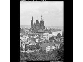 Střechy Úvozu a Pražský hrad (2483-4), Praha 1963 září, černobílý obraz, stará fotografie, prodej