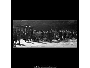 Lidé na přechodu (2505-1), žánry - Praha 1963 říjen, černobílý obraz, stará fotografie, prodej