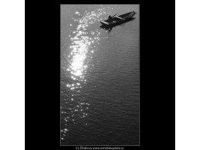 Rybář a odlesk slunce (2505-2), žánry - Praha 1963 říjen, černobílý obraz, stará fotografie, prodej