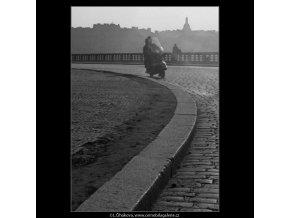 Motocyklista (2507-1), Praha 1963 říjen, černobílý obraz, stará fotografie, prodej