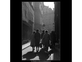 Podzimní stíny a lidé (2510-4), žánry - Praha 1963 říjen, černobílý obraz, stará fotografie, prodej