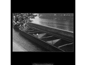 Prázdné říční čluny (2514-1), žánry - Praha 1963 říjen, černobílý obraz, stará fotografie, prodej