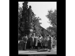 Skupina cizinců na Karlově mostě (2519-2), Praha 1963 říjen, černobílý obraz, stará fotografie, prodej
