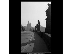 Pohled vozovkou Karlova mostu (2519-3), Praha 1963 říjen, černobílý obraz, stará fotografie, prodej