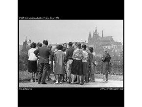 Cizinci při prohlídce Prahy (2529), Praha 1963 říjen, černobílý obraz, stará fotografie, prodej