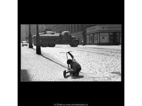 Nákladní auto a kluk s koloběžkou (2540), žánry - Praha 1963 , černobílý obraz, stará fotografie, prodej