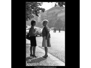 Dvě dívky na chodníku (2542), žánry - Praha 1963 září, černobílý obraz, stará fotografie, prodej