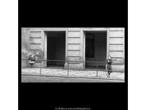 Děti u zábradlí (2555), žánry - Praha 1963 , černobílý obraz, stará fotografie, prodej