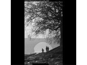 Oblouk Karlova mostu (2628-3), Praha 1964 leden, černobílý obraz, stará fotografie, prodej